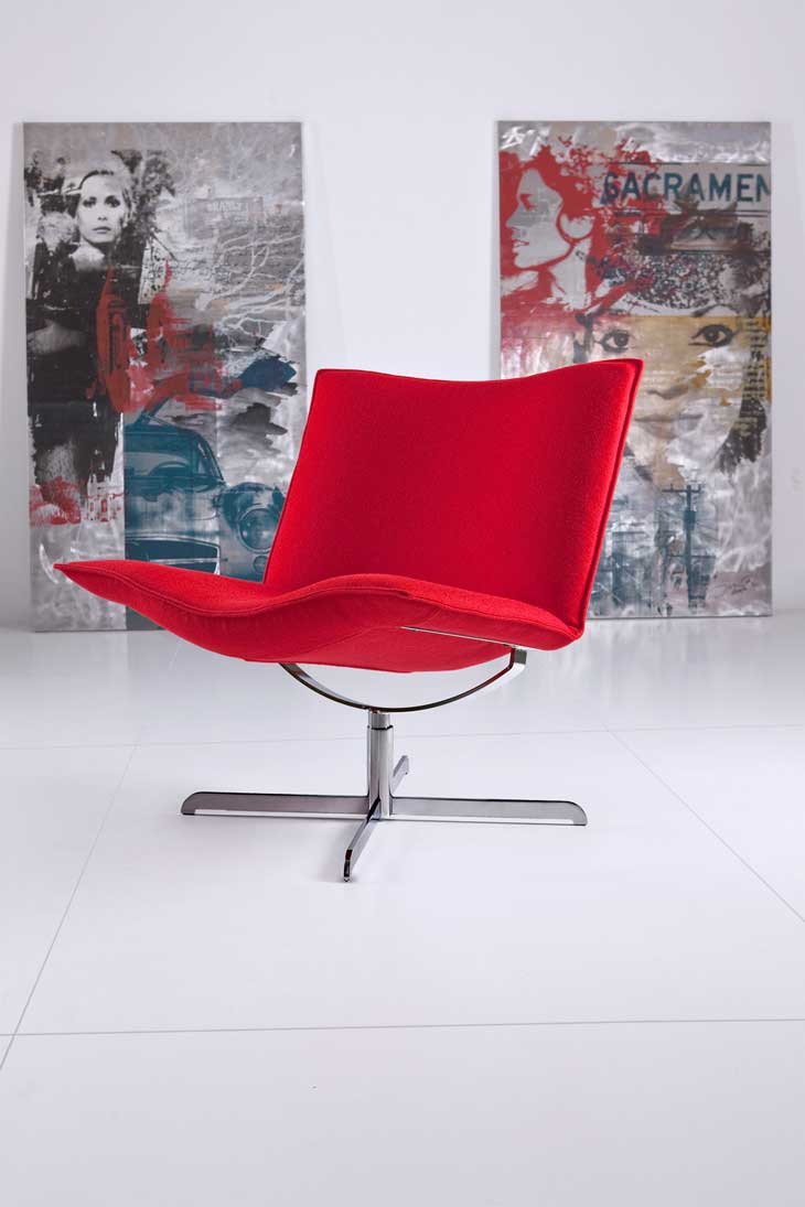 Fotel Mac firmy IKER i obrazy Piotra Smołki