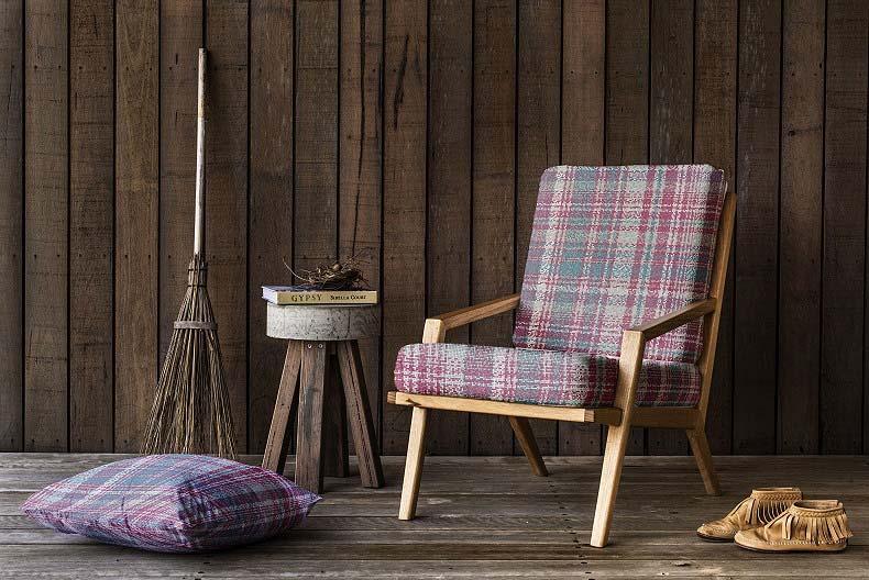 Odnowiony fotel obity tkaniną z kolekcji PIXEL