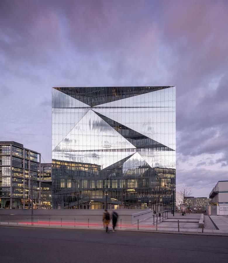 cube berlin: Fasada z podwójną skórą, która odpowiada złożonym wymaganiom technicznym i estetycznym