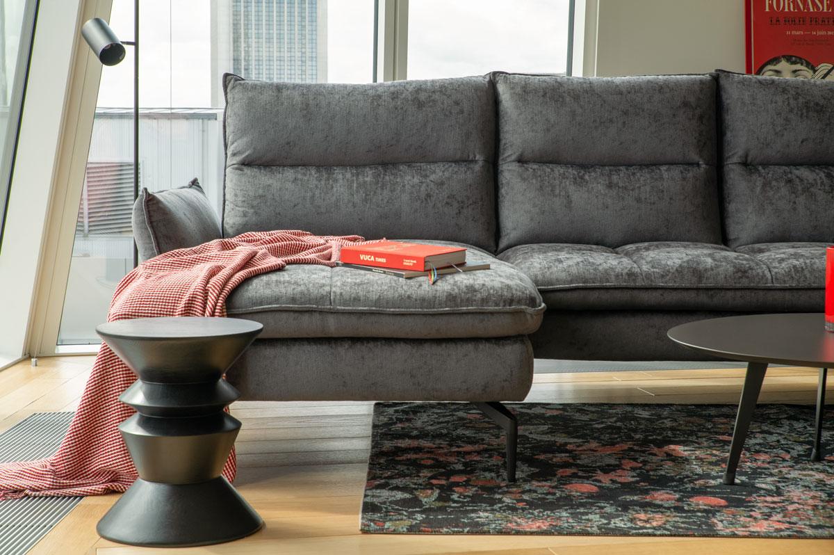 Sofa ze skóry czy obita tkaniną – co wybrać?